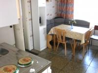 Küche mit Kochnische, Kühlschrank und Essecke